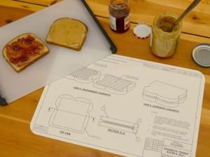 plan sandwich pain de mie beurre cacahuete jele dessous de table plateau assiette montage explication