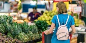 client supermarché avec un sac à dos @Artem Beliaikin