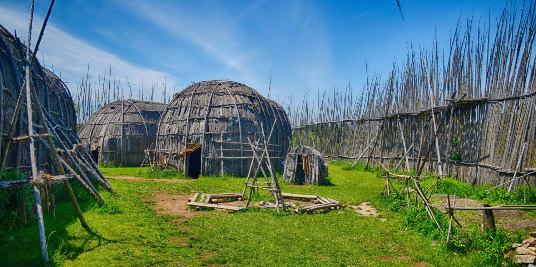 Droulers-Tsiionhiakwatha est le site archéologique d'un ancien village d'Iroquoiens du Saint-Laurent maison longue traditionnelle