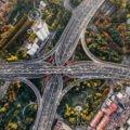 Vue aérienne d'un réseau d'autoroutes @denys-nevozhai