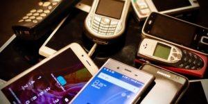 Pile de téléphones portables by eirik-solheim
